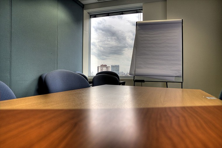 1280px-Meeting_room,_table_and_paper_board